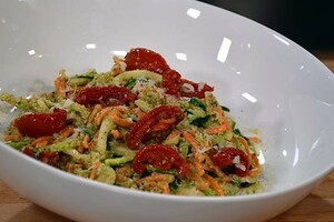 Wortel- en courgette-spaghetti met walnoten-peterseliepesto